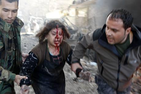 Záchranáři odvádějí ženu zraněnou při výbuchu v Kábulu (15.12.2009)