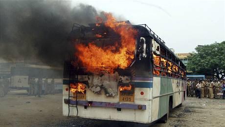 Autobus zapálený při potyčkách příznivců a odpůrců státu Telangana