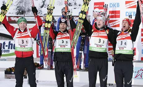 �tafeta rakouských biatlonist� ve slo�ení (zleva) Simon Eder, Daniel Mesotitsch, Dominik Landertinger a Christoph Sumann