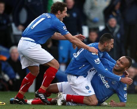 Fotbalisté Portsmouthu se radují z gólu, který vstřelil Nadir Belhadž (vpravo)