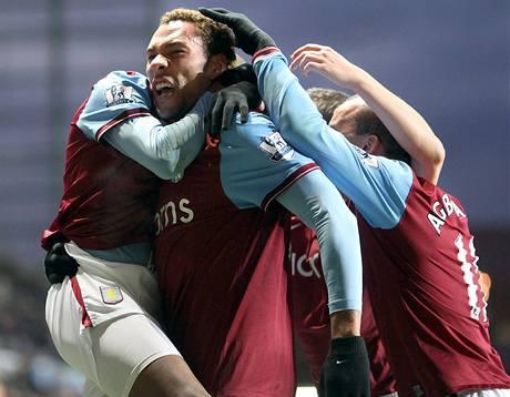 Aston Villa: fotbalisté se radují z gólu, který vstřelil John Carew (čelem)