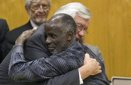 James Bain s obhájcem u soudu, který ho propustil na svobodu. (17. prosince 2009)