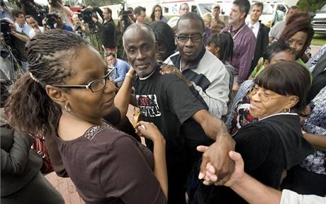 Jamese Baina vítají po propuštění na svobodu příbuzní. (17. prosince 2009)