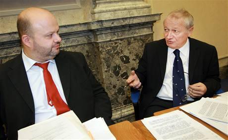 Ministr vnitra Martin Pecina a ministr financí Eduard Janota před schůzí vlády. (14. prosince 2009)