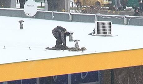 Policejní odstřelovač na střeše nedaleko pobočky Komerční banky na Novodvorské ulici v Praze, kterou přepadl neznámý lupič. (16. prosince 2009)