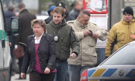 Přepadení pobočky Komerční banky na Novodvorské ulici v Praze. V popředí jde propuštěná rukojmí.(16. prosince 2009)