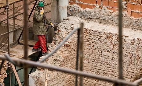 Jak pokračuje odstraňování zříceného domu v Soukenické ulici zkontrolovali úředníci stavebního úřadu i zástupci města (10. prosince 2009)