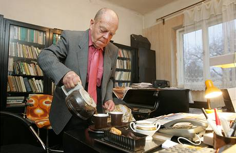 Nejstarší zastupitel Česka Milan Kýr má i v devadesáti plno práce, vstává v pět hodin, čekají ho schůzky, jednání i každodenní hodinová procházka (16. prosince 2009)
