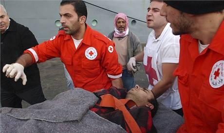 Záchranáři Červeného kříže pomáhají zachráněným ze ztroskotané nákladní lodi plující pod panamskou vlajkou (18. prosince 2009)
