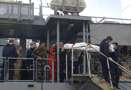 Vojáci Prozatimní jednotky OSN v Libanonu (UNFIL) vynášejí ze ztroskotané nákladní lodi plující pod panamskou vlajkou jednu z obětí neštěstí (18. prosince 2009)