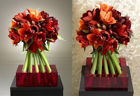 Hotovou kytici naaranžujte do vázy, dolijte vodu a přisypte třpytky. Výsledné aranžmá působí plasticky, protože v kytici jsou zkombinovány květy ve dvou odstínech červené.