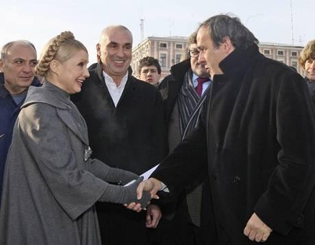 Předseda UEFA Michel Platini se zdraví s ukrajinskou premiérkou Julijí Tymošenkovou
