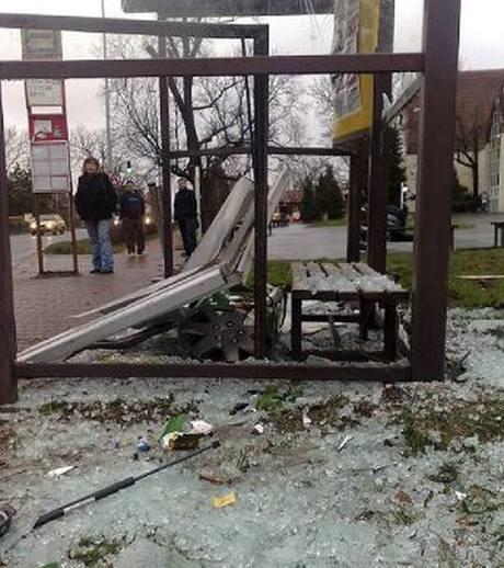 Zničená autobusová zastávka v Dolních Měcholupech.