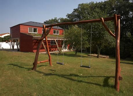 Obytná terasa plynule přechází do rozlehlé zahrady