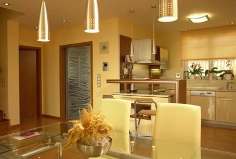 Prostor kuchyňského koutu vymezuje barový pult. V rohu přede dveřmi se podle původního projektu měla být hala se schodištěm