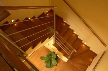 Dřevěné schodiště je dostatečně široké