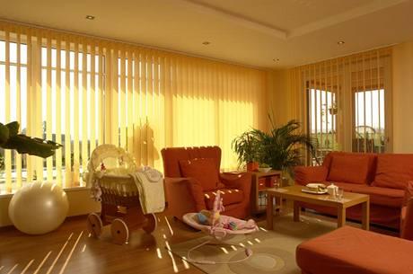 Dům je obrácen do zahrady tak, aby prosklenou stěnou mohlo do interiérů pronikat co nejvíce slunce