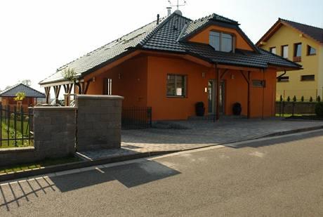 Přesah střechy chrání vstup do domu