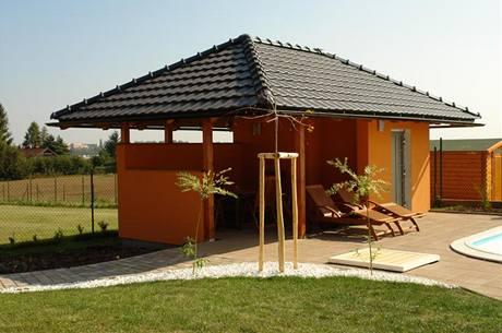 Zahradní domek navrhla architektka Martina Šotolová ve stejném stylu jako dům