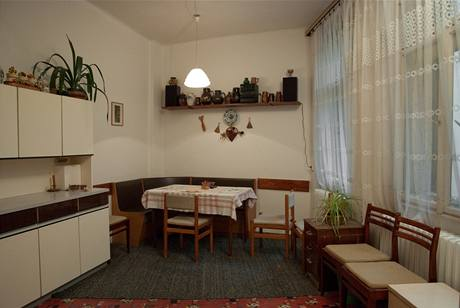 Rohová lavice a jídelní stůl sloužily pěti lidem