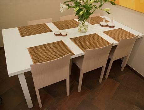 Knovému jídelnímu stolu se vejde šest až osm lidí
