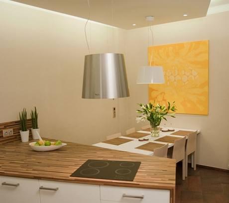 Podhled u stropu není dotažený až ke stěnám, z boku jsou umístěné zářivky, které nepřímo osvětlují prostor