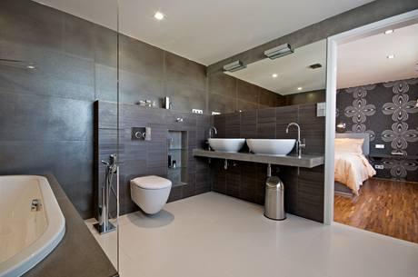 K ložnici rodičů patří koupelna s vanou i sprchovým koutem