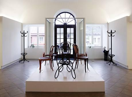 Mezi vystavenými židlemi nechybějí ani nejstarší modely
