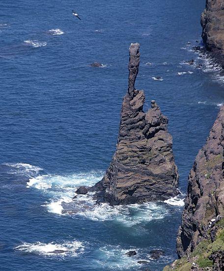 Kanárské ostrovy. Gran Canaria. Takto vypadalo skalisko Dedo de Dios (Boží prst) před poškozením bouří v roce 2005