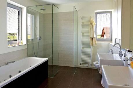 Vedle vany nechybí velký sprchový kout
