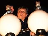 Premiér Jan Fischer rozsvěcuje na pražském Palachově náměstí obří svícen u příležitosti židovského svátku Chanuka (13. prosince 2009)