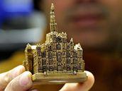 Replika milánského dómu, kterou v neděli napadl Massimo Tartaglia italského premiéra Silvia Berlusconiho (14. prosince 2009)