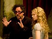 Z natáčení filmu Alenka v říši divů - režisér Tim Burton a Mia Wasikowska (Alenka)