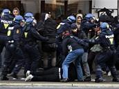 Dánská policie v akci během demonstrace za snížení emisí v Kodani, která hostí historický summit o klimatu (12. prosince 2009)