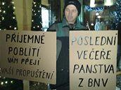Někteří odboráři přišli před restauraci, kde se konal večírek BNV Consulting s transparenty (10. prosince 2009)