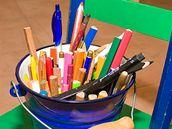 Spousta barevných pastelek - to je hlavní pracovní nástroj Marie Brožové.
