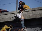 Hasiči sundavají ze střechy jednu z obětí mexické drogové války