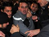Muže, který na Berlusconiho zaútočil, dopadla ostraha v zápětí.