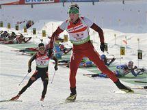 Rakouský biatlonista Simon Eder na třetím štafetovém úseku