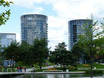"""Wolfsburg, Autostadt. """"Věže aut"""" jsou nepřehlédnutelnou dominantou areálu"""