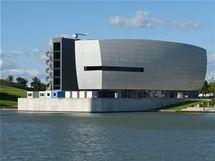 Moderní pavilon Zeithaus stojí na břehu Mittellandskanalu.