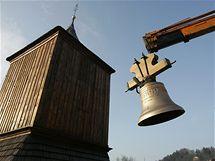 Dva zvony, které vznikly v holandské dílně českého zvonaře Petra R. Manouška, už jsou v železnobrodské zvonici (16. prosince 2009)