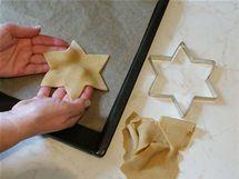 2/ Vykrojený kousek opatrně přeneste na plech vyložený pečicím papírem.