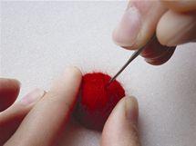 11/ Kuličku vyhlaďte mělkými povrchovými vpichy hustě po celém povrchu.