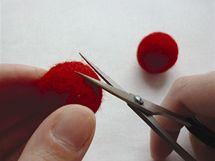 13/ Hotové kuličky jsou pevné a hladké, vyčnívající chloupky ale ještě můžete ostříhat.