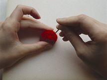 8/ Potom zapichujte rouno nahrubo ze všech stran hlubokými vpichy – tak vyrobíte pevnou a pravidelnou kuličku.