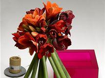 Silné stonky svažte do spirály a úvazek zpevněte provázkem, svázaná kytice už bude stát sama.