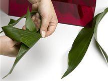 Listy aspidistry podélně rozřízněte a vytvořte na nich uzel. Takto svázané listy připevněte k úvazku, který tím zamaskujete a dodáte kytici na bohatosti.