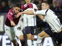 Bolton - West Ham United: domácí Gary Cahill (vpravo) a Guillermo Franco