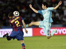 Barcelona - Atlante: Dani Alves (vlevo) a Daniel Arreola